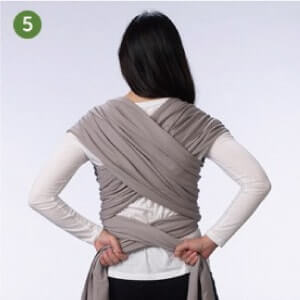 Boba包裹式背巾基本揹法步驟說明:5.將兩側布體交叉後,繞至後腰。確認揹巾布體在胸腔位置彼此交叉